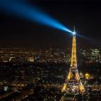 Eiffelturm bei Nacht (Freihandaufnahme)